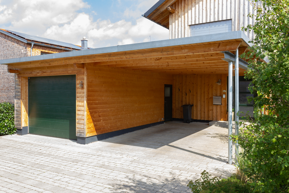 Holzgarage mit Carport