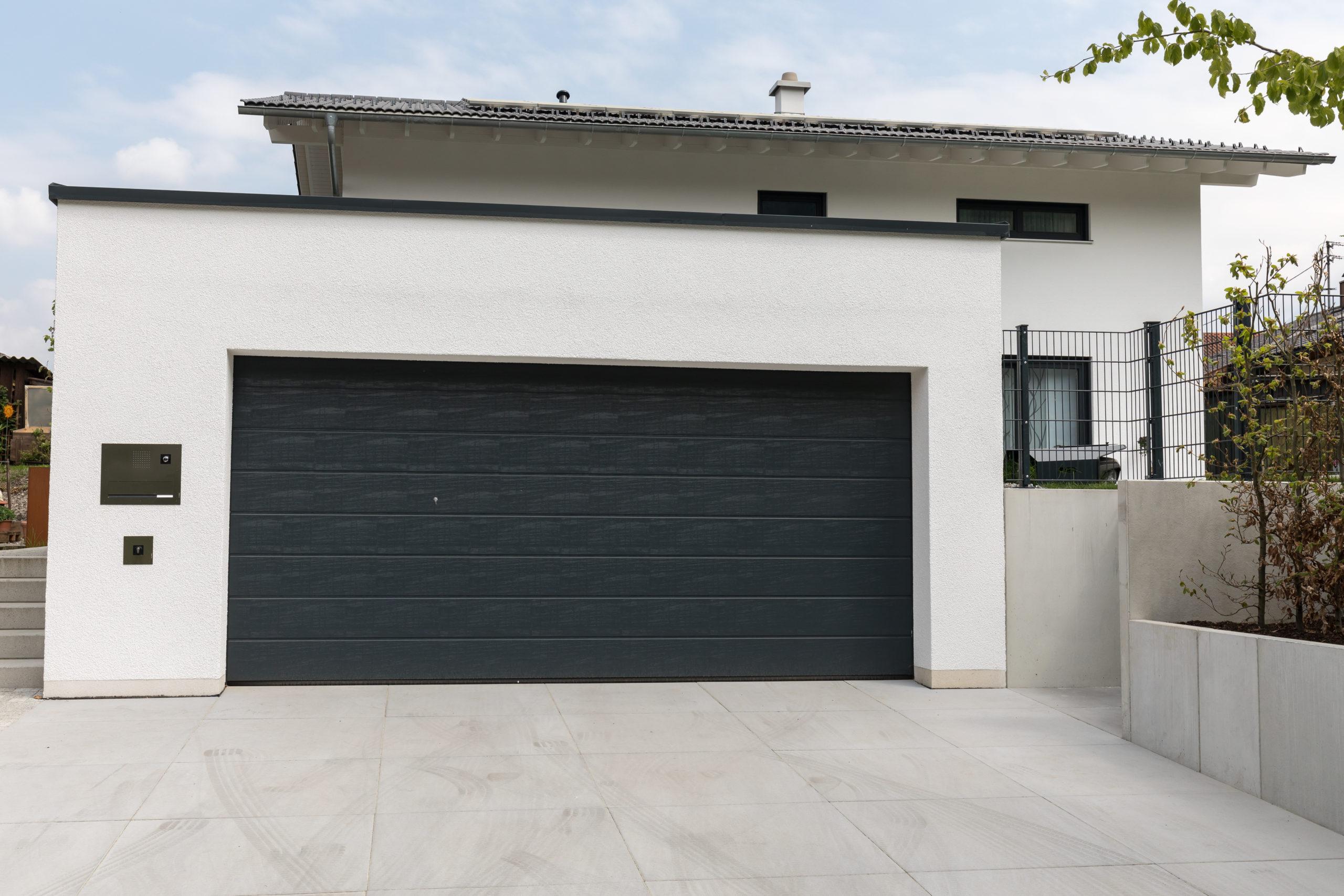 Eine Doppelgarage verleiht dem Haus einen mondänen Eindruck.