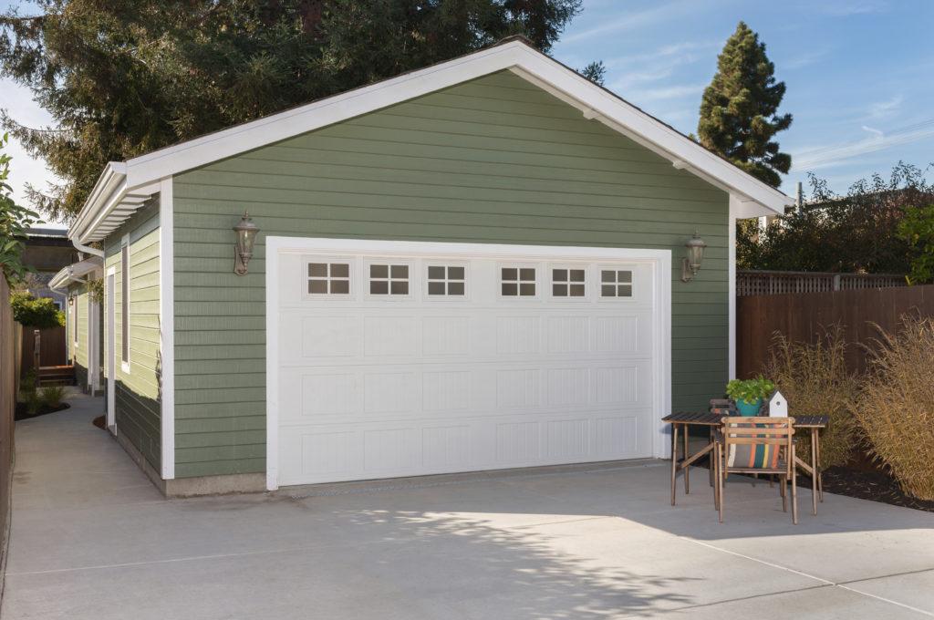 Foto: Eine Garage aus Holz wirkt zierlicher als eine aus Beton oder Mauerwerk.